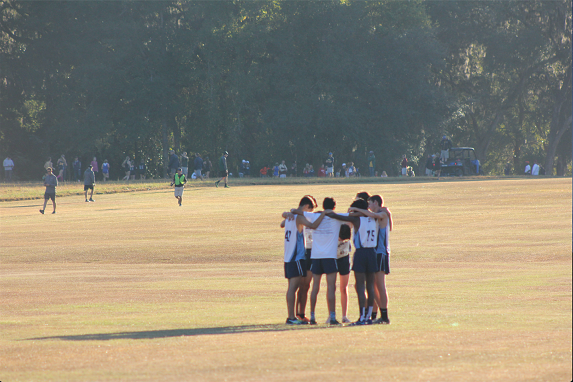 HUDDLE+UP%3A+The+boys%E2%80%99+team+link+arms+to+receive+a+pep+talk+from+team+captain+Leonel+Ochoa+%2717+before+the+start+of+the+race.